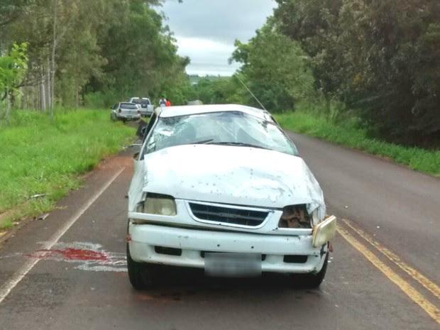 Motorista perdeu o controle da direção e capotou em uma reta entre Loanda e Santa Cruz do Monte Castelo, no noroeste, neste domingo (15) (Foto: Polícia Rodoviária Estadual/Divulgação)