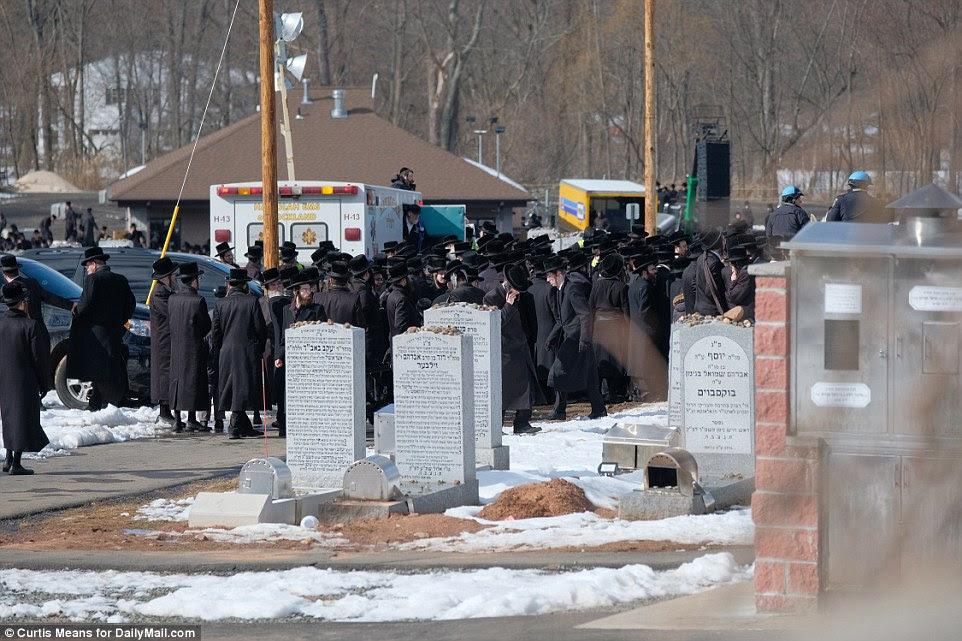 Les Juifs se sont rassemblés dans le cimetière pour rendre hommage au rabbin vénéré, qui a fondé l'enclave de Kaser dans le nord du pays.