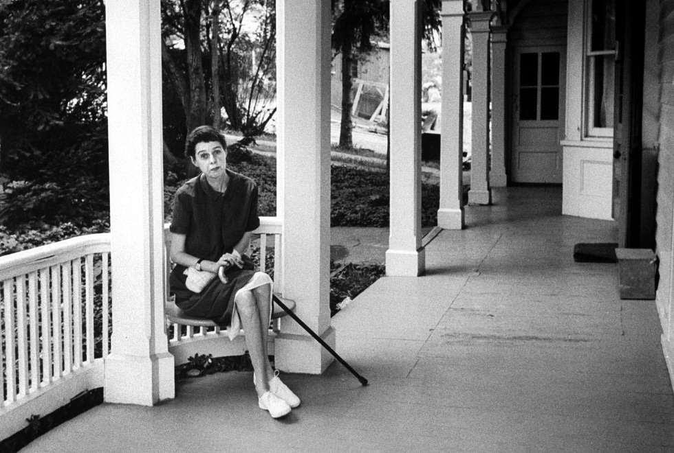 La escritora Carson McCullers, fotografiada en su casa.