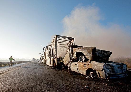 Equipes de resgate trabalham em estrada onde acidente múltiplo deixou ao menos 10 mortos na Flórida