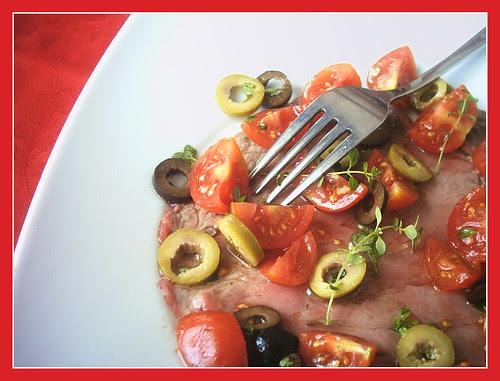 Carpaccio tiepido con Ciliegini e olive, profumato al timo