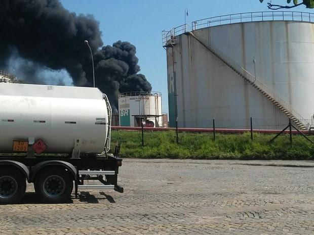 Tanque explode em área da Petrobras (Foto: VC no ESTV)
