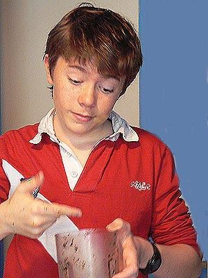clem qui lèche la tapenade sur ses doigts.jpg