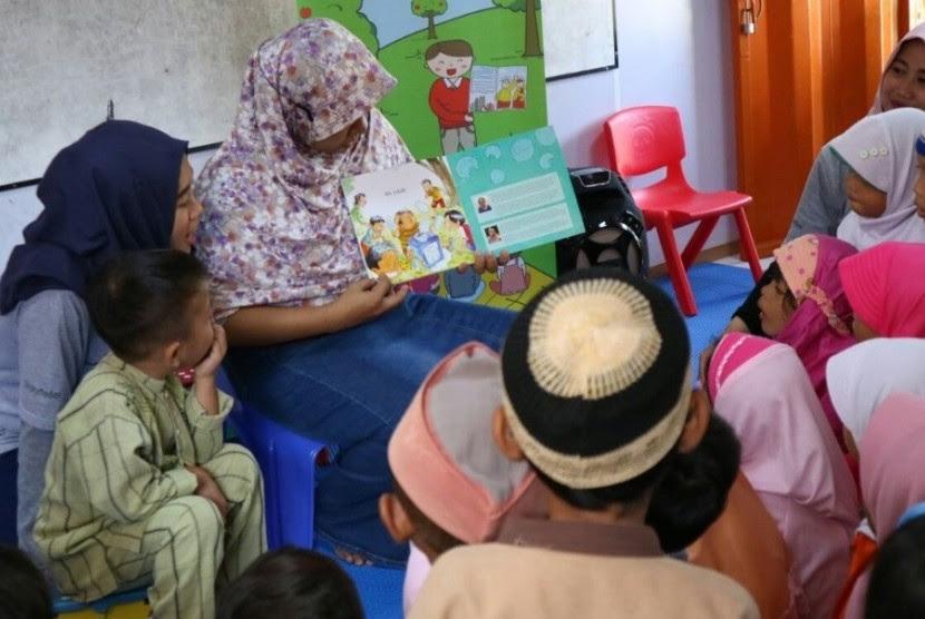 Pengurus PUAD Master Depok bercerita di hadapan anak muridnya.