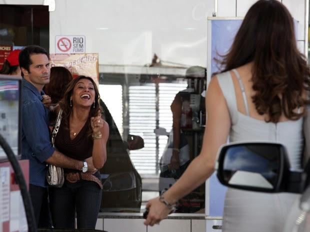 Lucimar arma o barraco ao ver Lívia no posto (Foto: Salve Jorge/TV Globo)