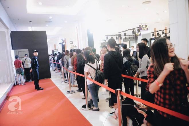 Tới trưa lượng khách vẫn đổ về H&M, quầy thanh toán xếp hàng dài - Ảnh 10.
