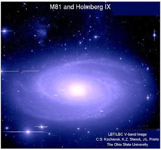 La gran galaxia M81 y arriba a la izquierda, Holmberg IX