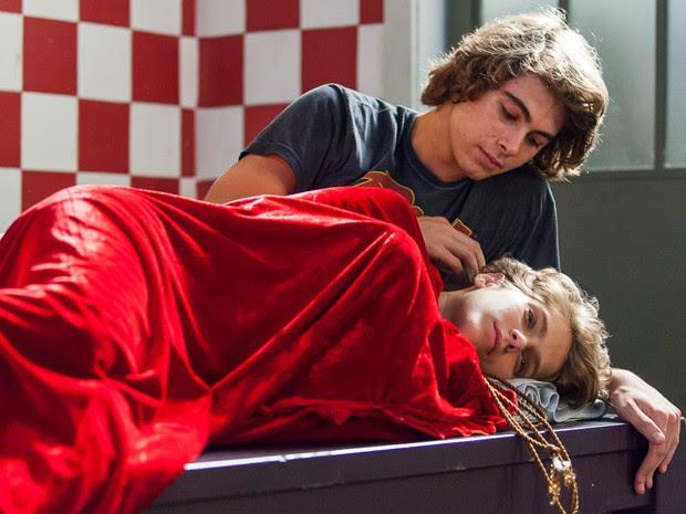 Pedro se declara para Karina sem saber que a garota está acordada (Foto: Isabella Pinheiro/Gshow)