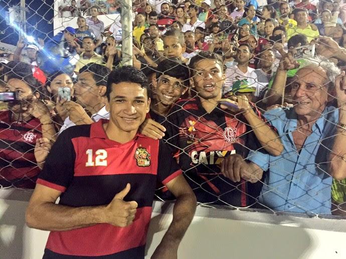 Ronaldo Angelim aparece no treino e faz alegria da galera