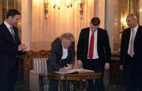 Peter Handke in the City Hall signed a memorandum