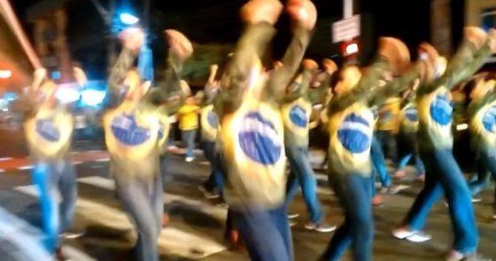 Manifestantes dançando o 'Fora Dilma'.