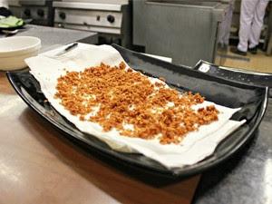Após ser frito e coado alho deve secar sob um guardanapo ou lenço de papel (Foto: Adneison Severiano G1/AM)