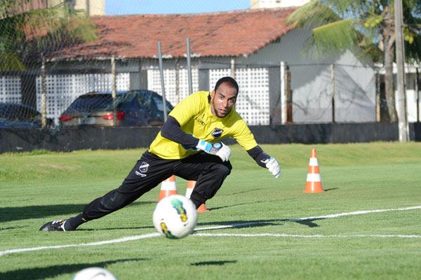 O técnico Roberto Fernandes surpreendeu e escalou apenas um titular: o goleiro Bruno Fuso