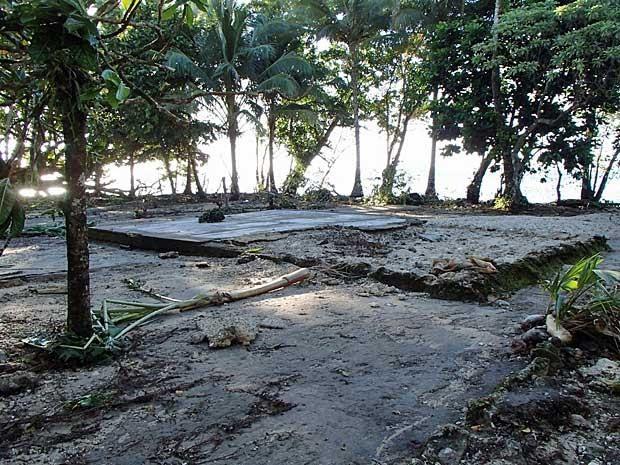 Tsunami varre casa em lata, nas Ilhas Salomão. (Foto: Reuters)