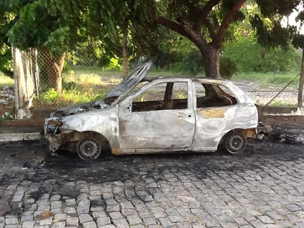 Incêndio foi controlado por dois carros do Corpo de Bombeiros do RN (Foto: Kléber Teixeira/Inter TV Cabugi)