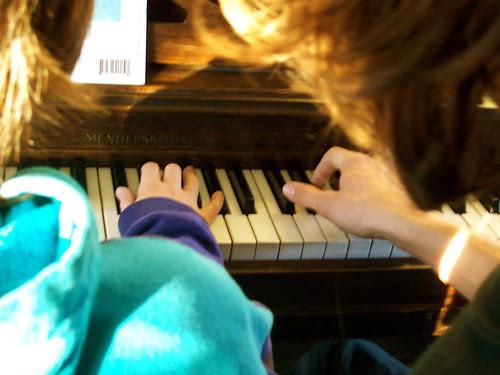 hands at piano