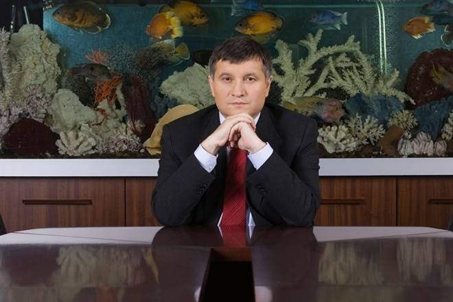 Аваков просит украинцев помочь бронежилетами и постельным бельём