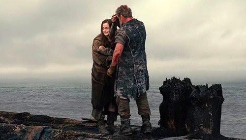 Em outra cena que nunca esteve em Bíblia, Noé segura uma faca à sua própria neta, a fim de matá-la.