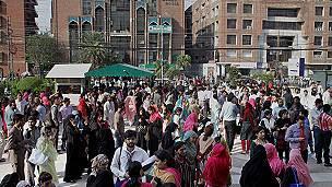 Personas en las calles de Lahore