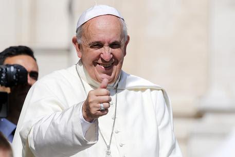 Papa Francesco a piedi dal dentista, saluta personale farmacia (foto: ANSA)
