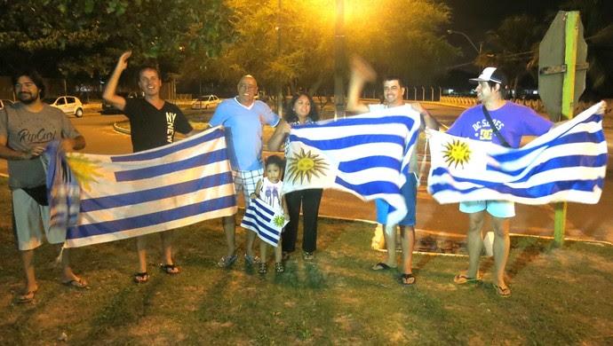 Pequena torcida uruguaia faz festa na chegada da Celeste em Natal (Foto: Marcelo Russio)