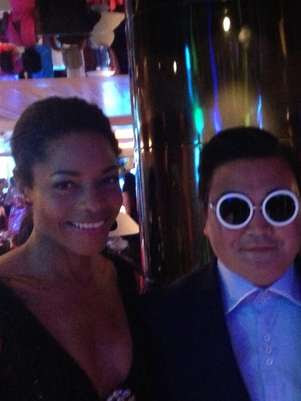 A atriz Naomie Harris postou uma foto no Twitter com o falso Psy Foto: Reprodução