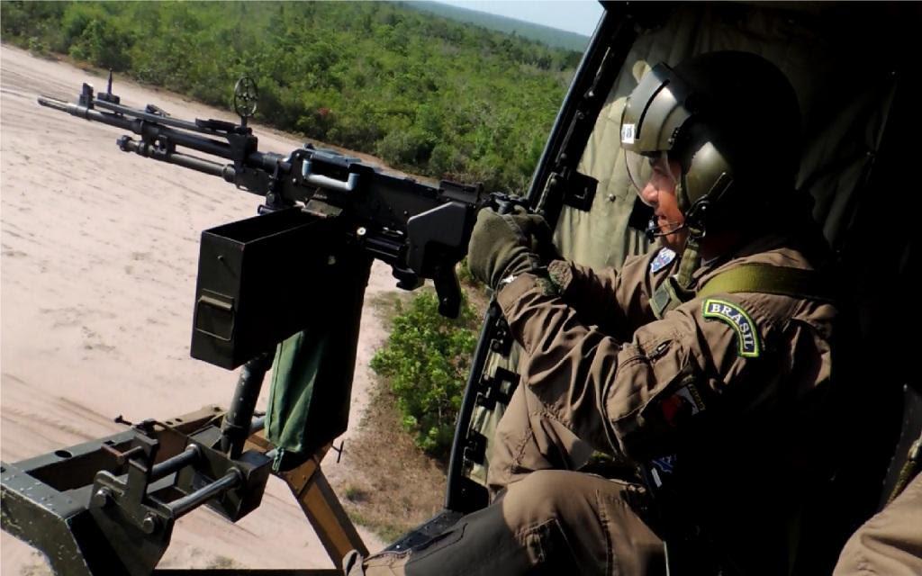 Um dos exercícios foi o emprego real de metralhadoras na lateral do helicóptero