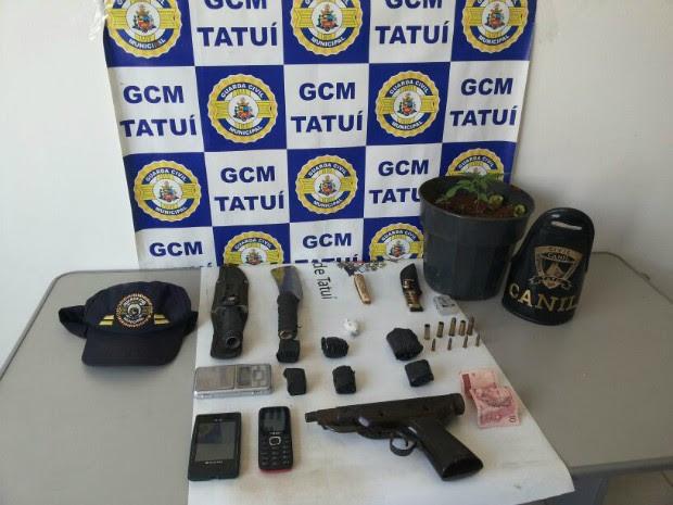 Entre o material apreendido estão um pé de maconha e uma metralhadora de brinquedo (Foto: Divulgação / GCM Tatui)