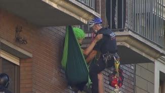 Desallotgen l'edifici ocupat de La Nova Rimaia, al barri de Sant Antoni, a Barcelona