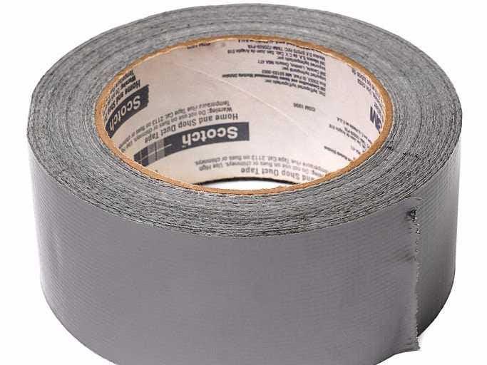 """Duct Tape primero fue creado por Johnson & Johnson durante la Segunda Guerra Mundial, donde los soldados tenían una necesidad de cinta fuerte, flexible, resistente al agua que podría reparar su maquinaria, equipo y municiones. Fue apodado """"Duck Tape"""" por los soldados, debido a su soporte de tela de pato."""