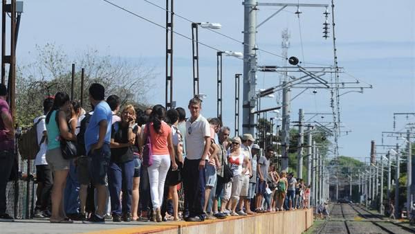 Estación Quilmes. El principal reclamo de los usuarios es por andenes angostos que además están lejos de las boleterías. Foto: Rolando Andrade