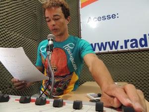 Radialista Gilmar Santos leu notícia em nota oficial na rádio, para população de 32 mil pessoas (Foto: Thays Estarque / G1)