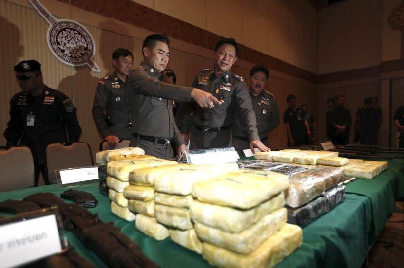 塔克辛政府推行的「毒品戰爭」,透過國家武力的「任意殺人」和「法外裁決」,急於在最...