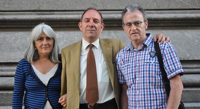 De izquierda a derecha, los querellantes por los crímenes durante el franquismo Mercona Puig Antich, Andoni Txasco Díaz y Pablo Mayoral, en Buenos Aires, donde ha declarado ante la juez Servini.