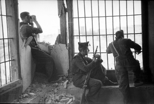 Milicianos observan el asedio del Alcázar de Toledo. Fondo del Estudio Fotográfico Alfonso. Archivo General de la Administración. Ministerio de Cultura