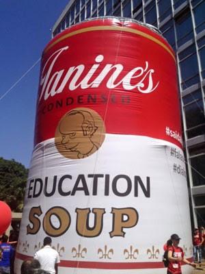 Professores levaram 'sopa de educação' do ministro Janine ao ato (Foto: Divulgação/Anes-SN)