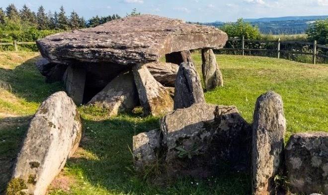 Раскопки вблизи знаменитого «Камня Артура» в Уэльсе раскрыли его историю