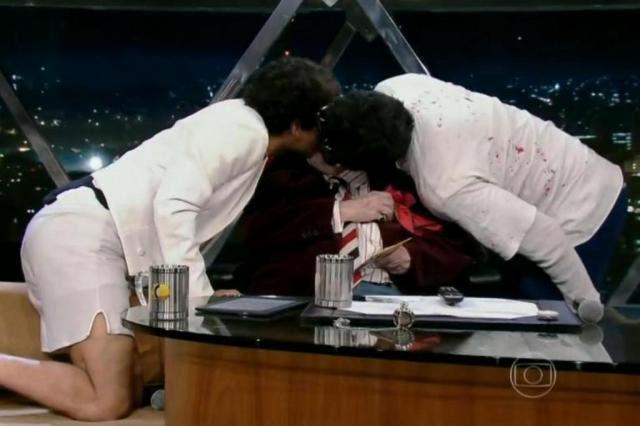 Jô Soares dá beijo gay triplo em seu programa TV Globo/Reprodução