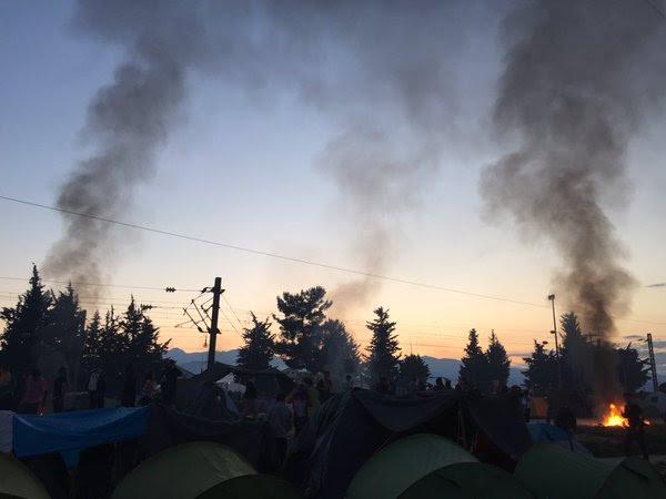 Ειδομένη ώρα μηδέν: «Καζάνι» που βράζει ο καταυλισμός – Φωτιές και συγκρούσεις με την Αστυνομία λίγο πριν την γενικευμένη εξέγερση – Αποκλειστικές εικόνες (vid) - Εικόνα12