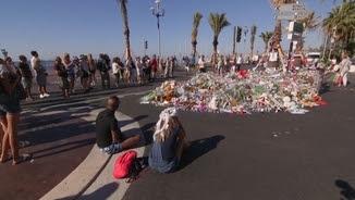 El passeig dels Anglesos, ple de flors i missatges a les víctimes