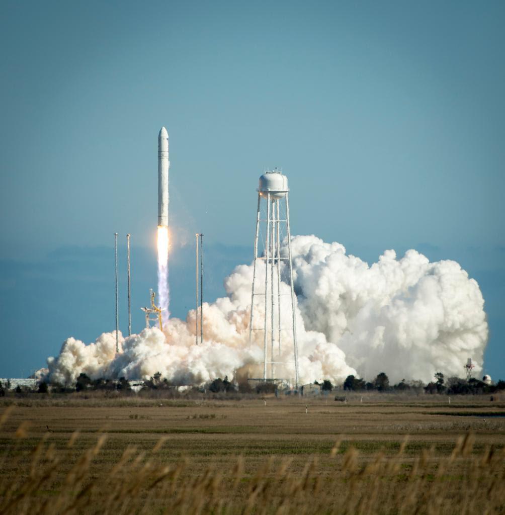 Apr21-2013-Antares-liftoff