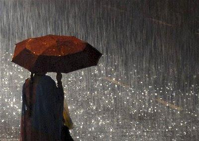 Resultado de imagem para chove torrencialmente  - guarda-chuva