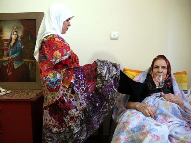 Ela também cuida de idosos (Foto: Ebrahim Noroozi/AP)