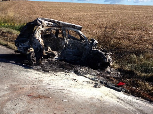 Um dos carros ficou completamente destruído após pegar fogo (Foto: Wilson Kirche/ RPC)