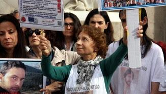 La mare d'Hugo Ferrara, a la manifestació de la plaça Sant Jaume (ACN)