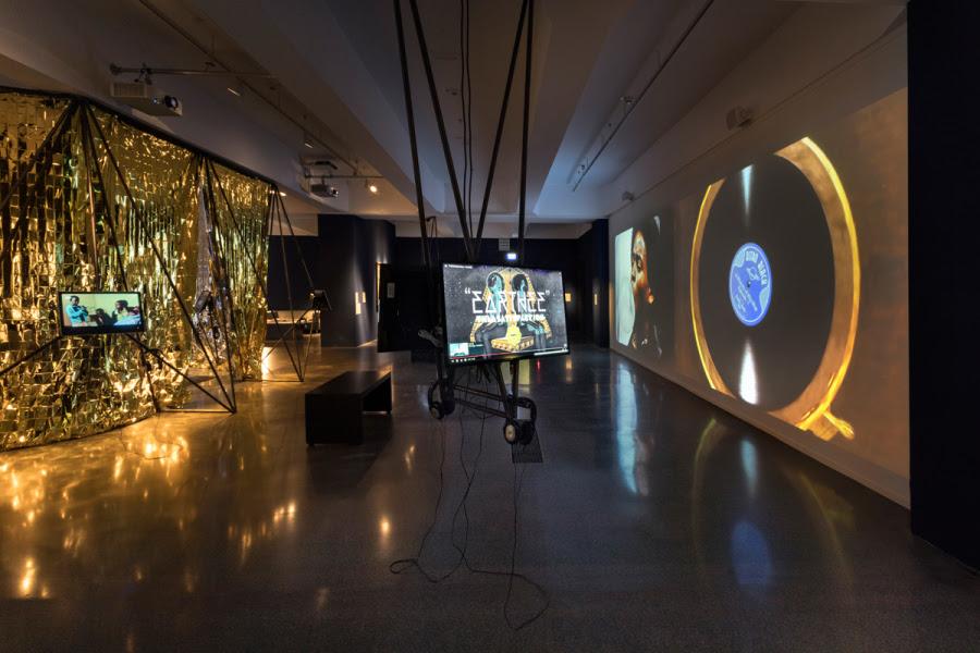 """""""Astro Black"""", de Soda_Jerk. Vista de la exposición """"Afro-Tech and the Future of Re-Invention (Afro-Tech y el futuro de la reinvención)"""", en el HMKV, Dortmunder, Alemania, 2017-2018. Foto: Hannes Woidich"""