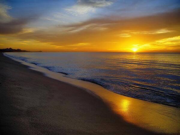 A veces,  entre un sueño y la realidad , hay un océano. Respirar y sonreír es hacer posible el mar; en el que hace falta  soñar barcos o puentes o islas; sólo una sonrisa que haga un día diferente en el calendario.Una sonrisa que arranque el tiempo de cuajo, que destape las burbujas…eche el ancla, quite la intemperie azul…Para conocer de la alegría de encontrar la razón de nuestra propia existencia…