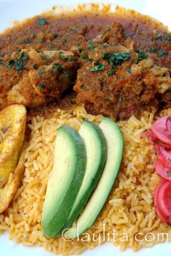 Seco de pollo con arroz amarillo, platanos maduros y aguacate