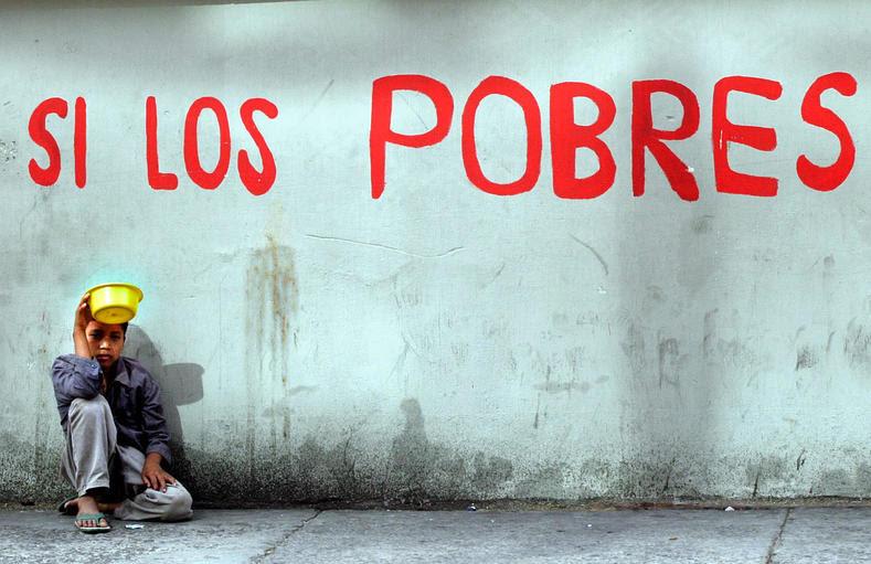 A criança implorando no centro histórico da Cidade da Guatemala.  Guatemala tem uma classificação de coeficiente de Gini de 52,4 eo menor percentual das receitas do governo no mundo em relação ao tamanho de sua economia, resultando em uma falta de serviços sociais e uma incapacidade de expandir a economia.