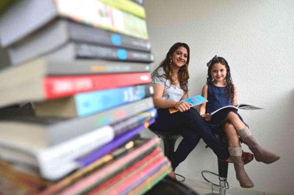Roberta Fraga e a filha Clarice são voluntárias na arrecadação de livros: 'A leitura dá dignidade e torna o ser humano mais autossuficiente e crítico' (Daniel Ferreira/CB/D.A Press)